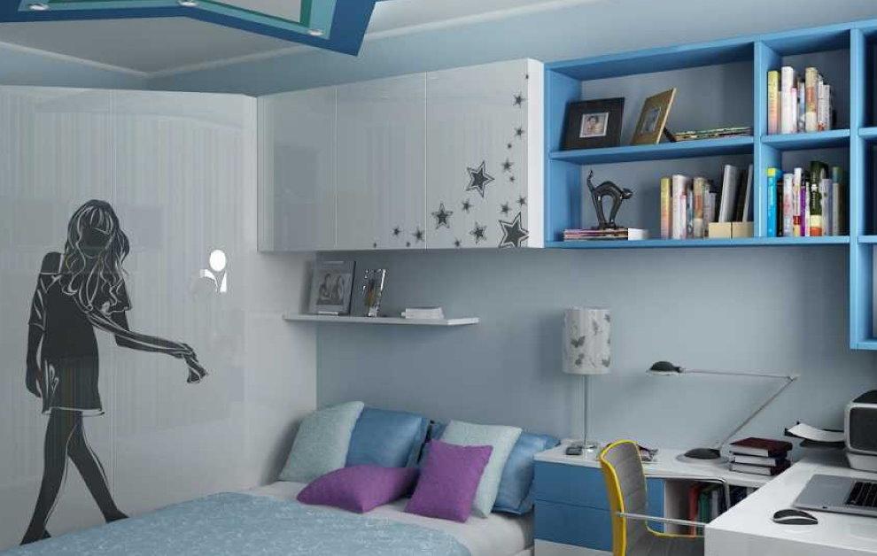 Голубые полки на стене комнаты для креативного подростка