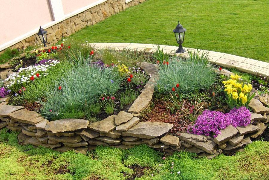 Использование природного камня для декора сада