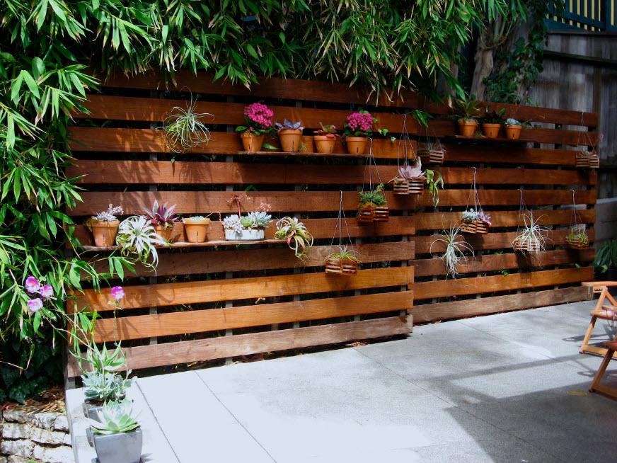 Декор деревянного забора комнатными цветами