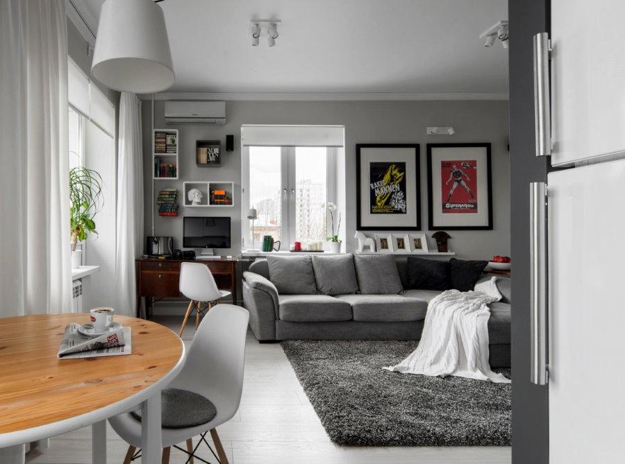 Серый диван в кухне-гостиной хрущевки