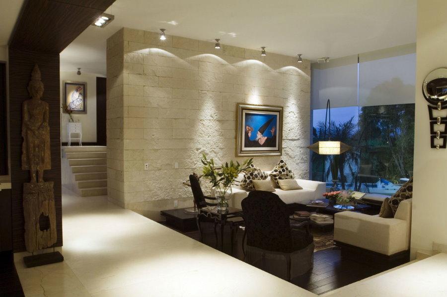 Освещение акцентной стены небольшой гостиной