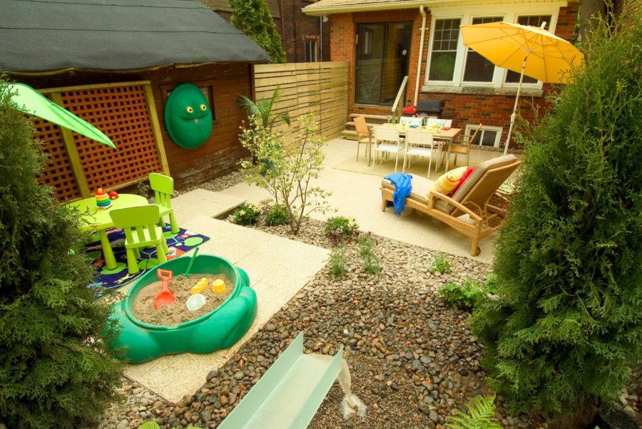 Пластиковая песочница во внутренним дворике участка