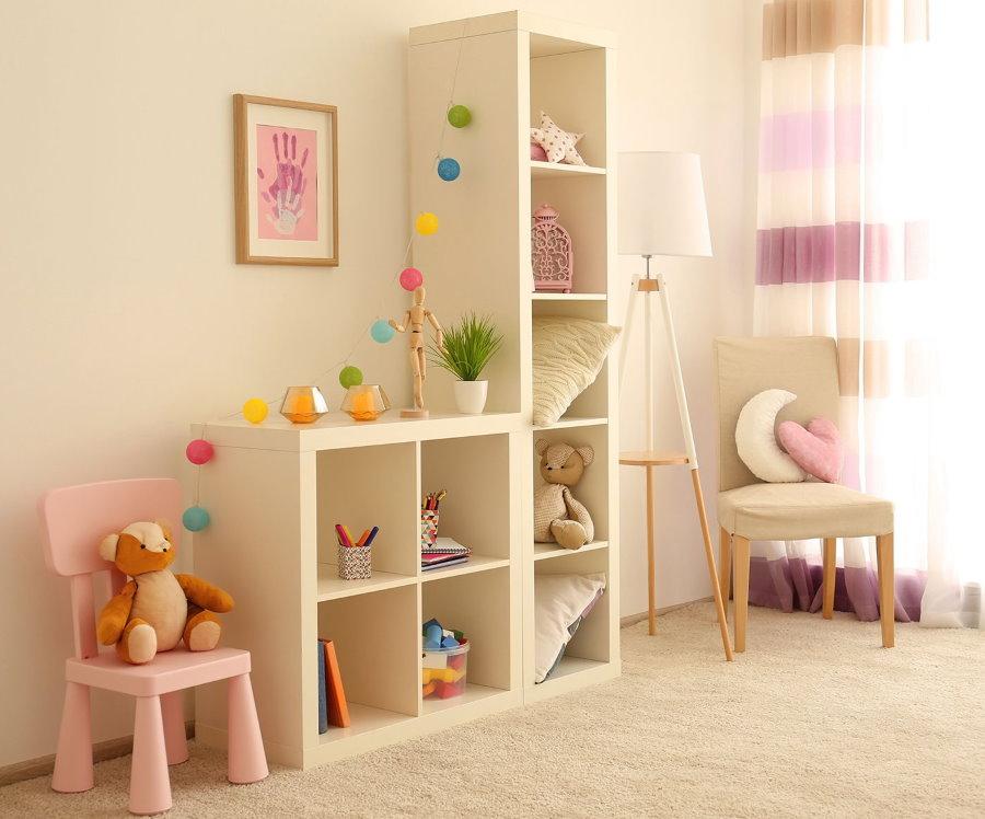 Открытый стеллаж с детскими игрушками