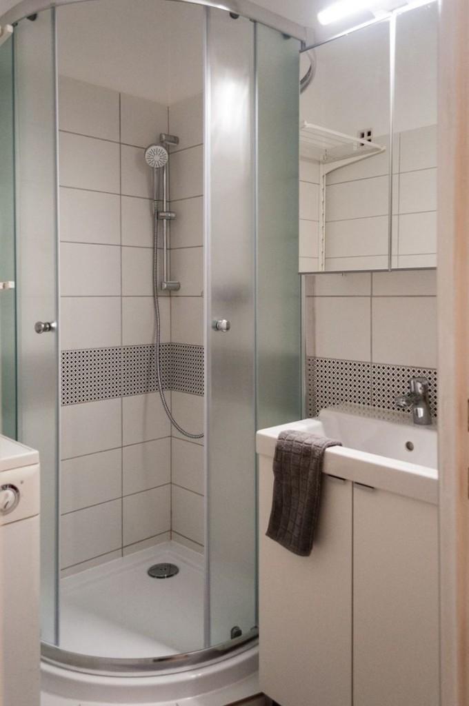 Компактный душ в санузле однокомнатной квартиры