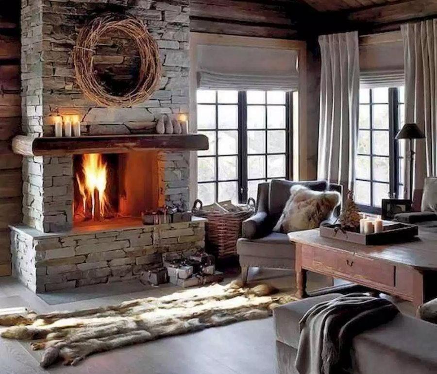 Камин в гостиной деревянного дома норвежского стиля