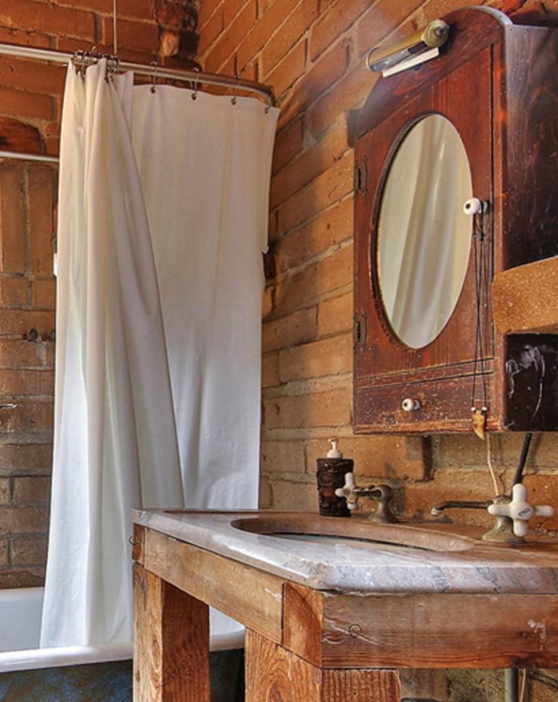 Подставка из деревянных брусков под раковиной в ванной