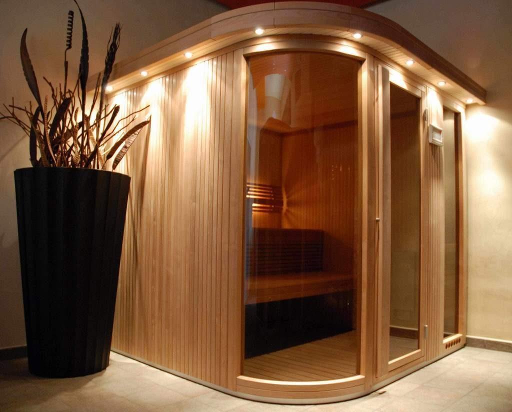 Стеклянная дверь в компактной сауне для квартиры