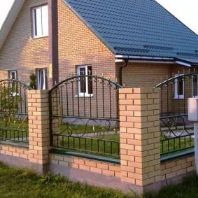 кирпичный забор фото обзор