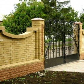 кирпичный забор дизайн фото
