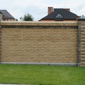 кирпичный забор декор