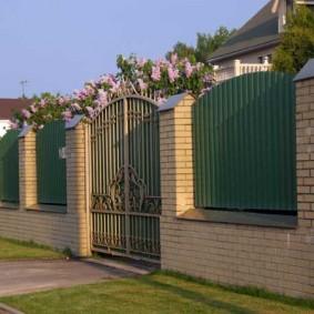 кирпичный забор оформление фото