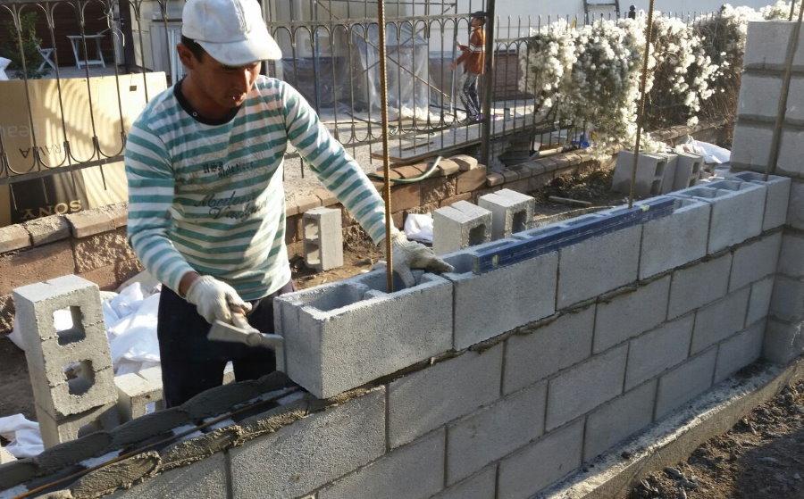 Кладка секции блочного бетонного забора