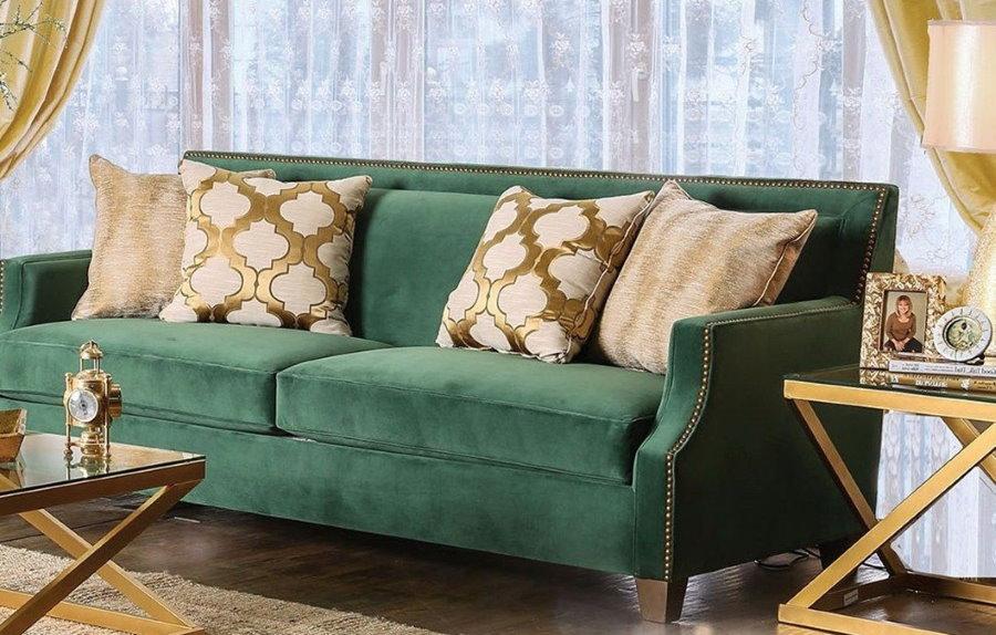 Прямой диван с подлокотниками в гостиной квартиры