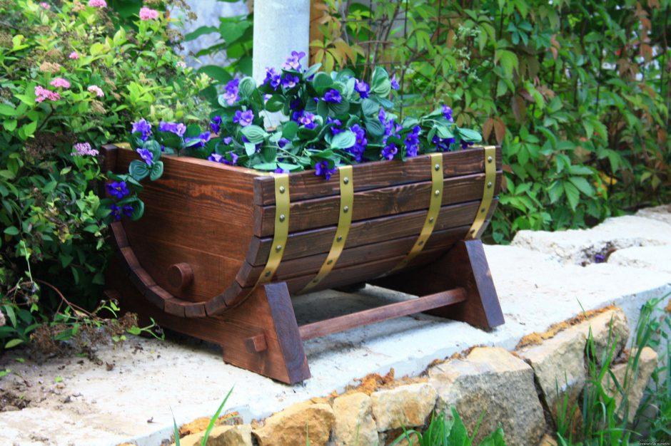Цветочная клумба из деревянной бочки