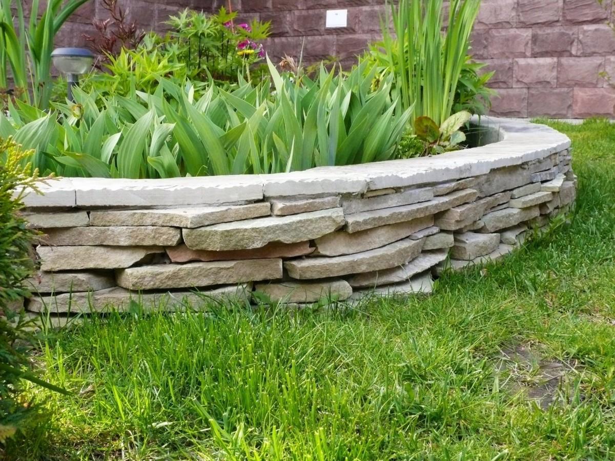 камин прямо клумбы из природного камня фото или картинки месте