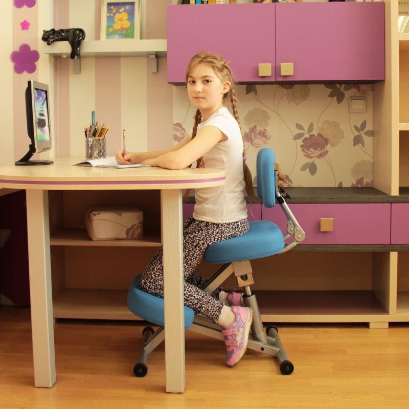 Удобная посадка девочки на стуле с коленными упорами