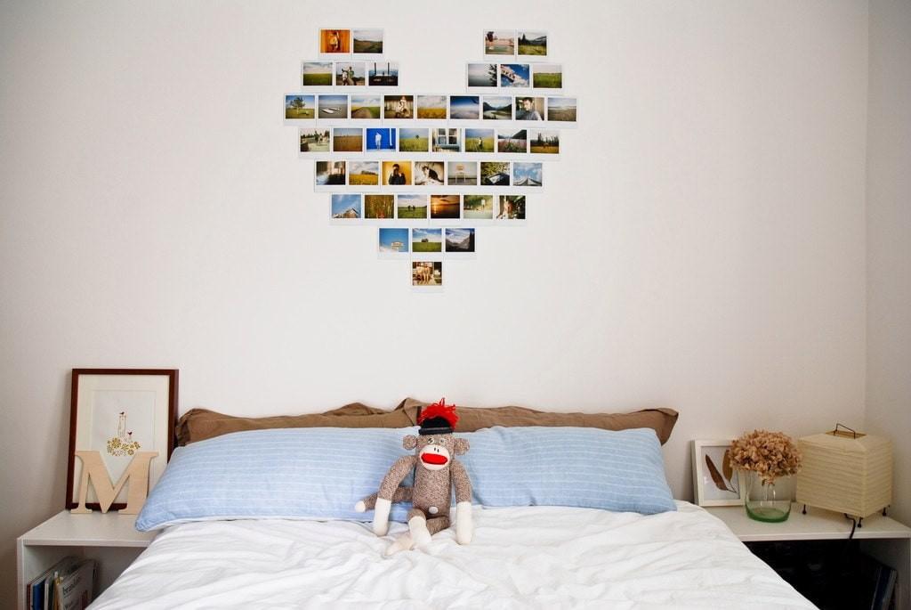 Коллаж из снимков поляроида на стене детской