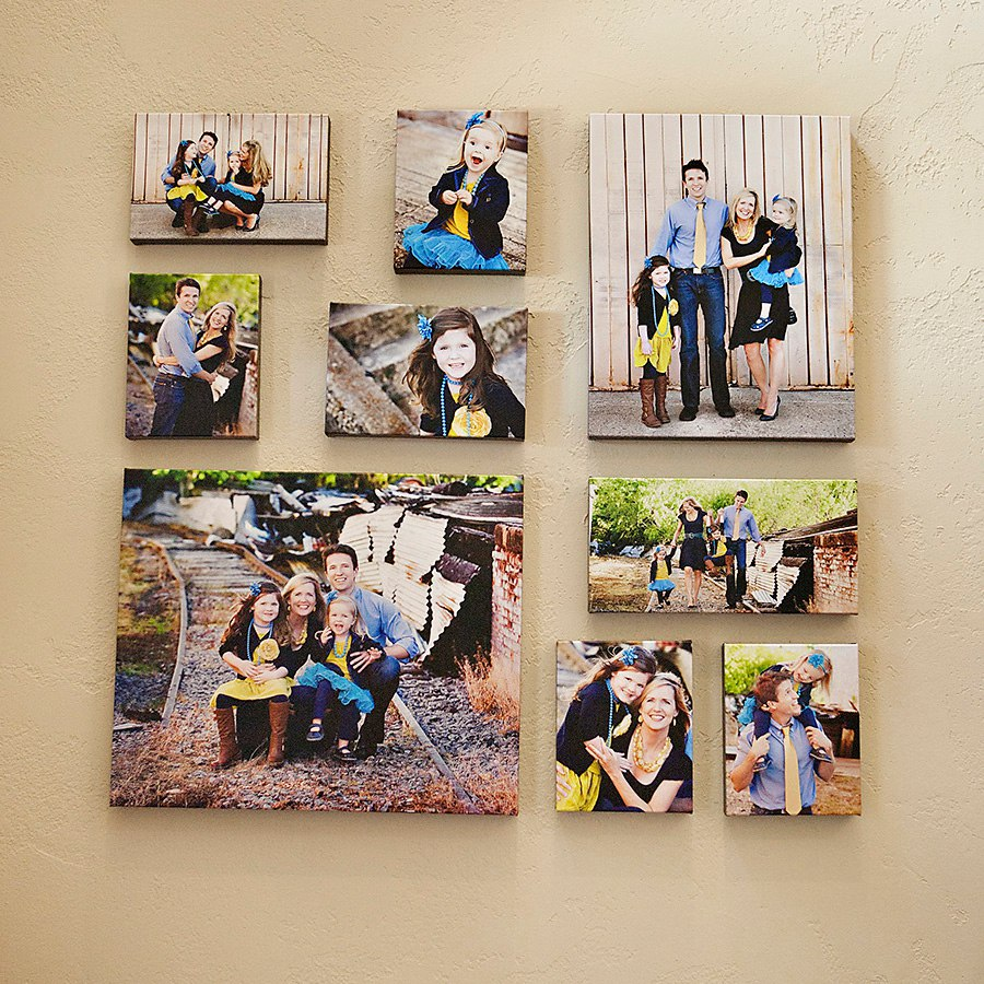 Семейные фото без рамок на стене гостиной