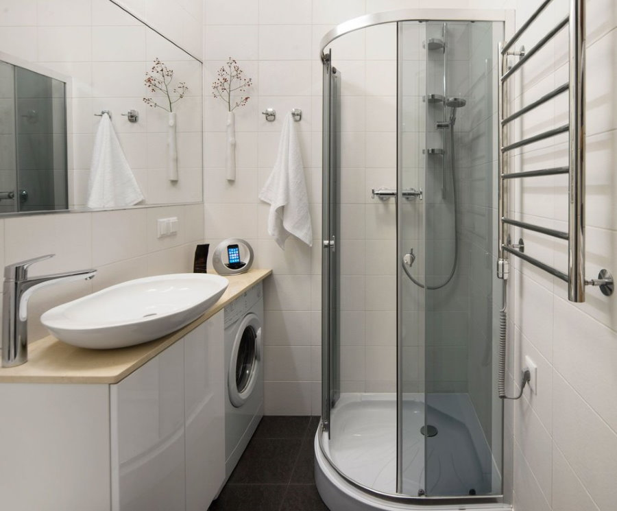 Угловая душевая кабина в ванной площадью 3 кв м
