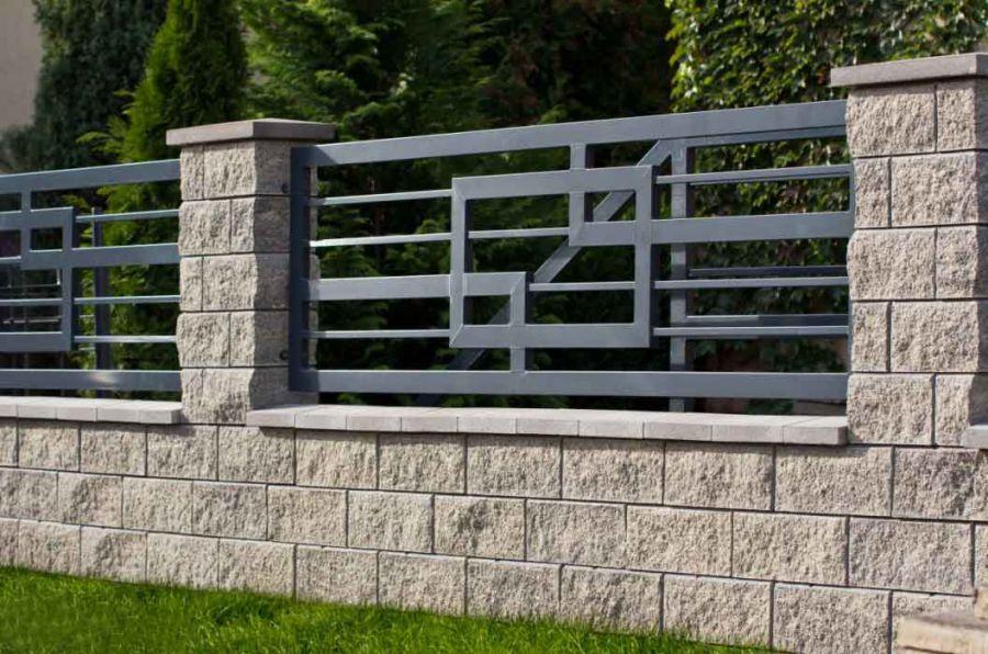 Забор комбинированного типа на загородном участке