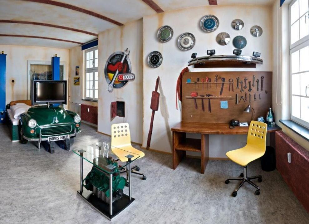 Необычный декор письменного стола в комнате мальчика 14 лет