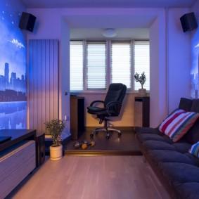 Офисное кресло на невысоком подиуме