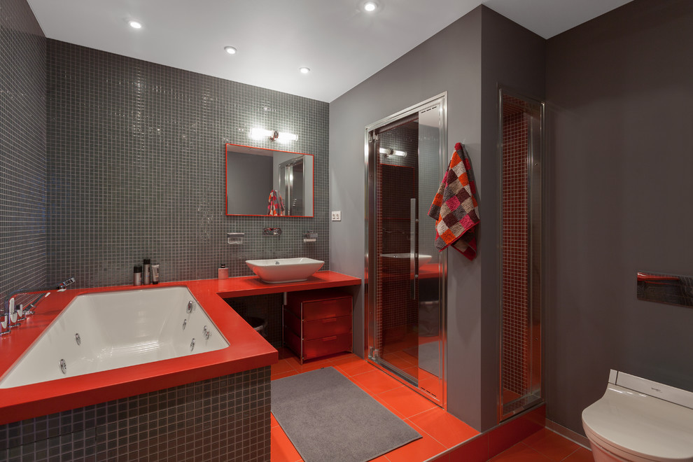 Красно-серая ванная комната с душевой кабиной