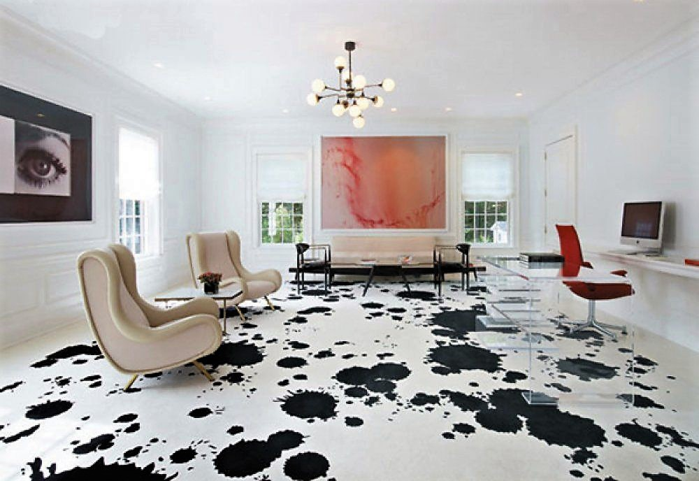 Черно-белый наливной пол в просторной гостиной