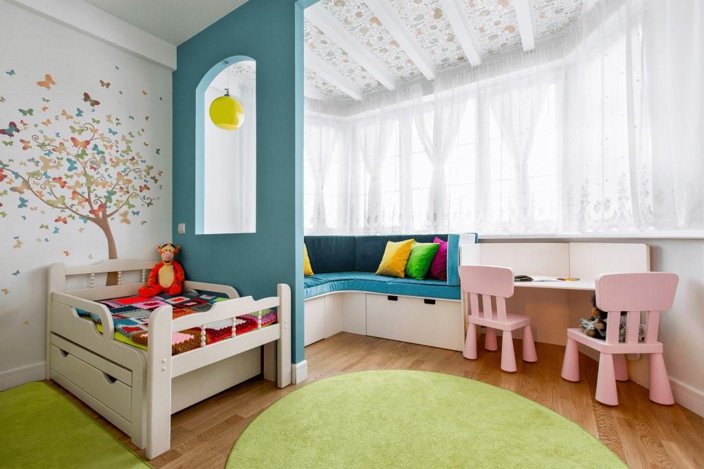 Короткий тюль в эркере детской комнаты