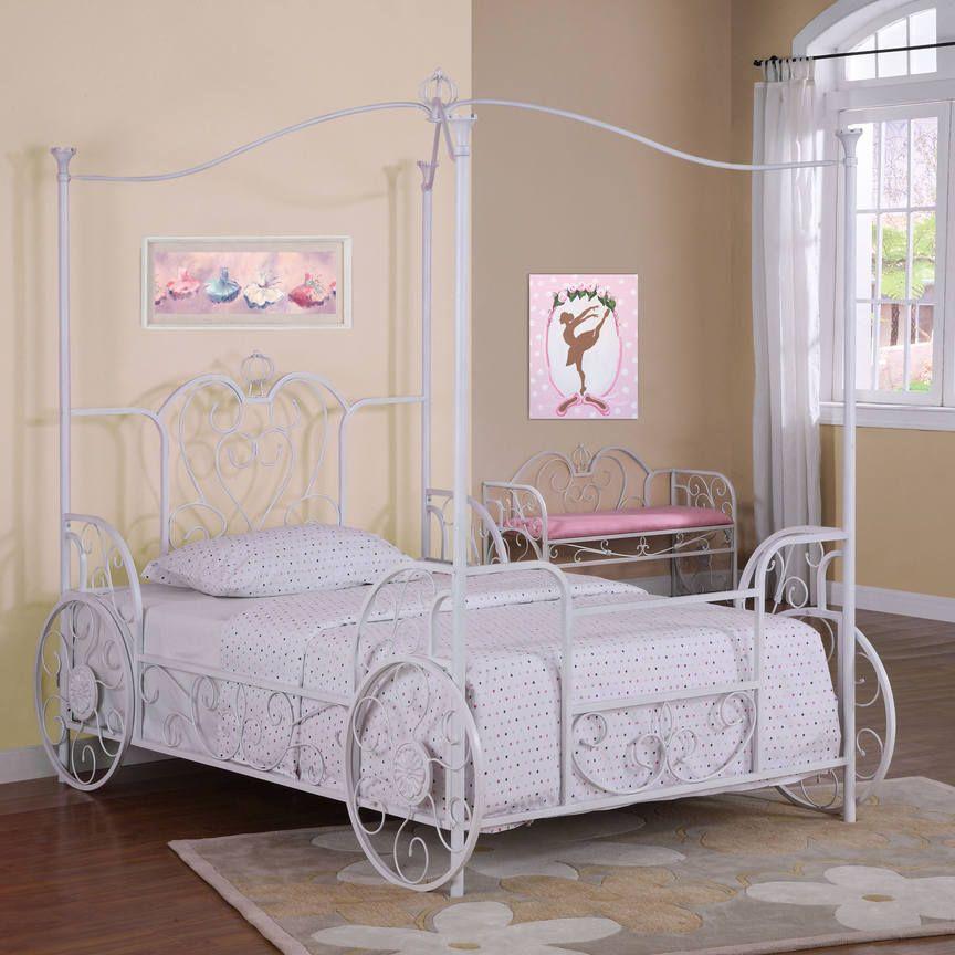 Металлическая кровать на колесах в спальне девочки