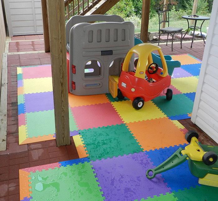 Цветной коврик-пазл на керамическом полу террасы частного дома