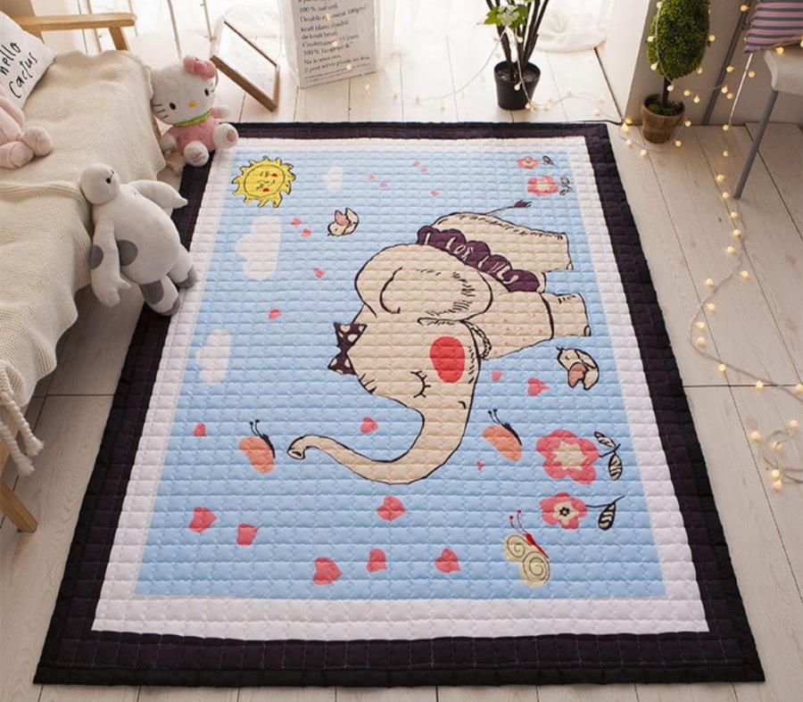Красочный коврик перед детской кроватью