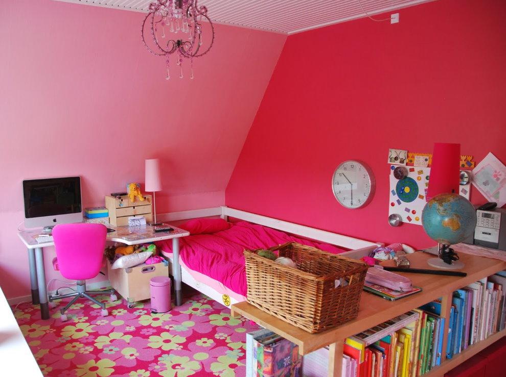 Яркое ковровое покрытие в спальне девочки