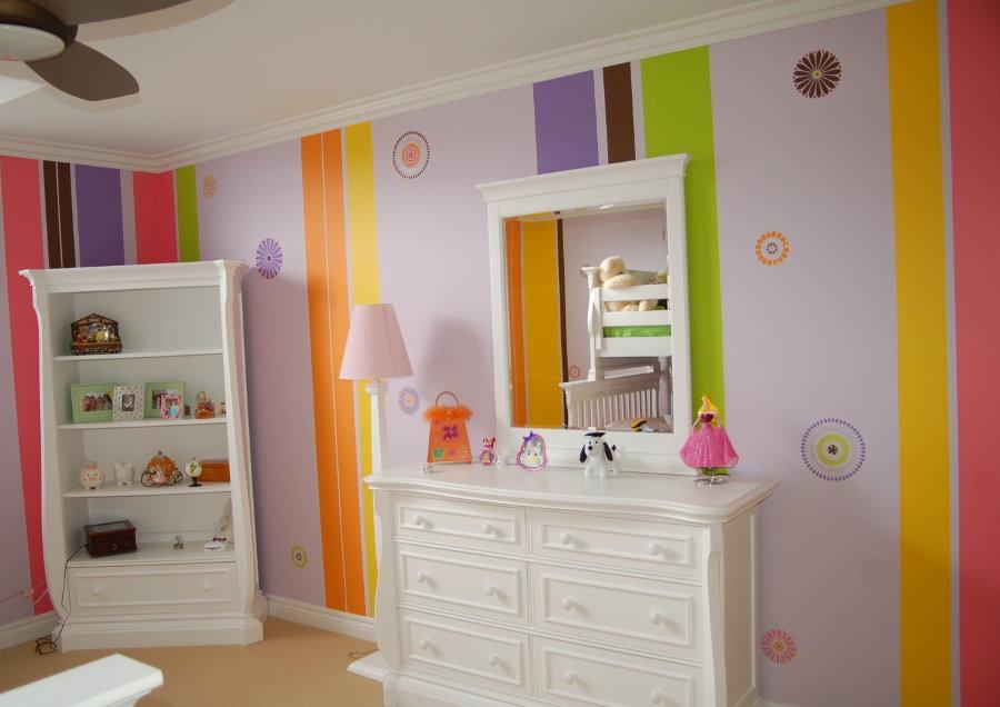 Яркая окраска стен в детской спальне