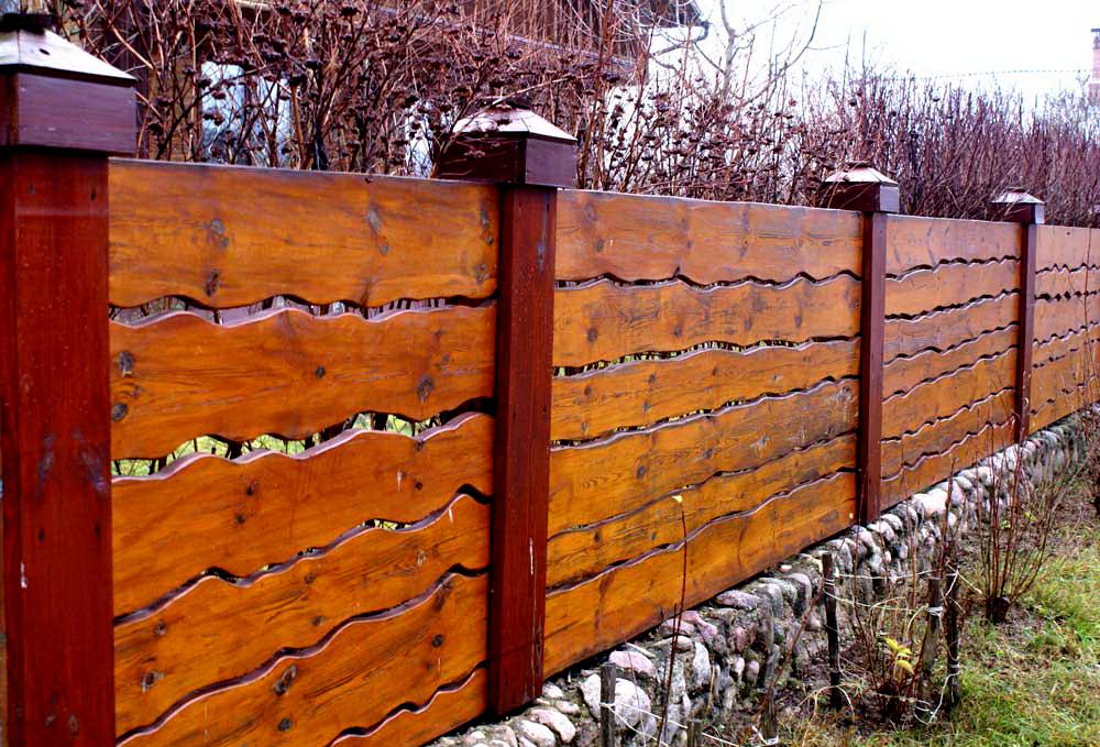 Стильный забор из лакированных досок
