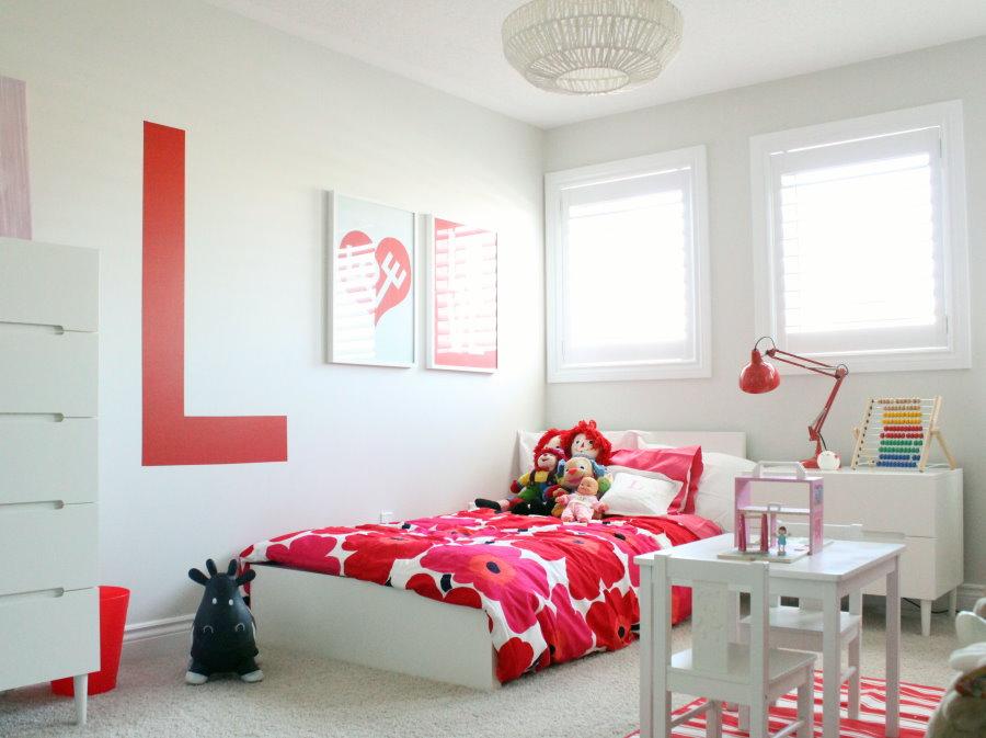 Красные акценты в белой детской комнате