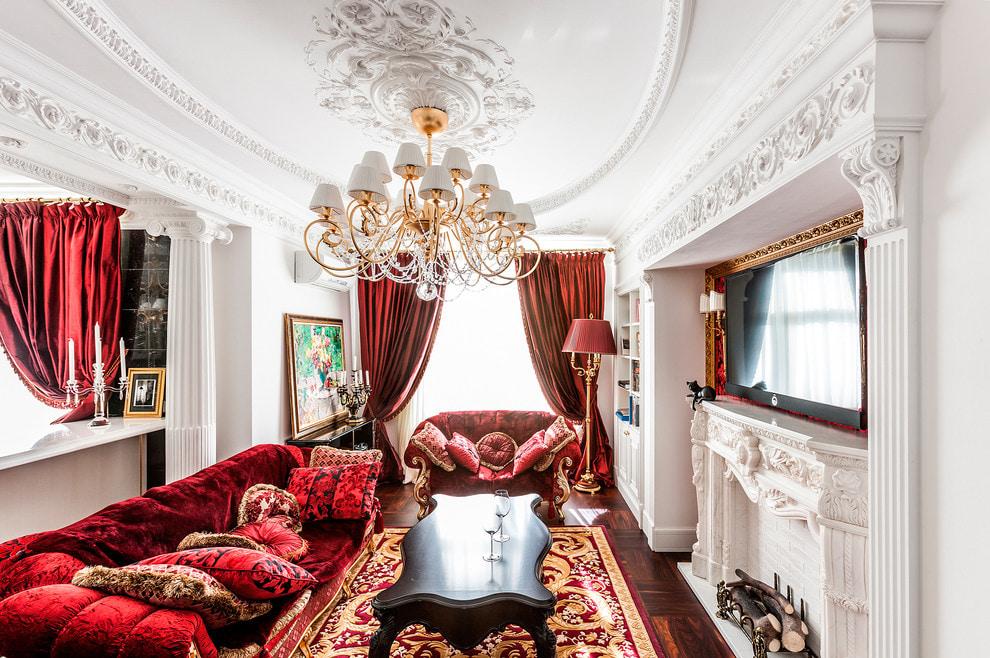 Классическая гостиная с бархатными шторами