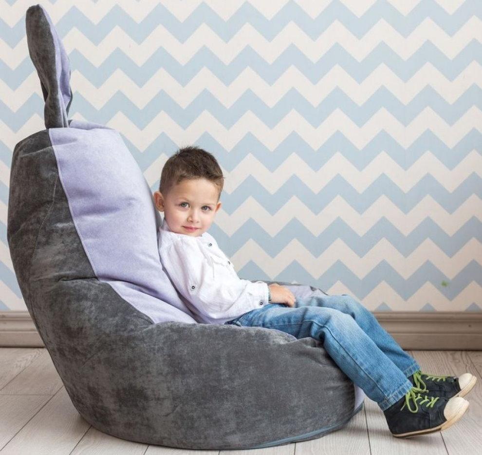 Маленький мальчик на бескаркасном кресле с ушками