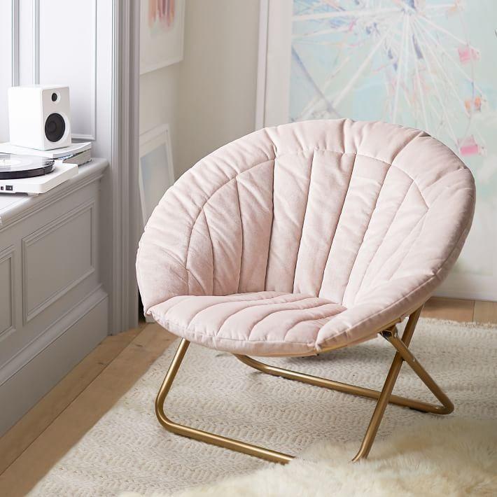 Мягкое кресло на металлическом каркасе в комнате подростка