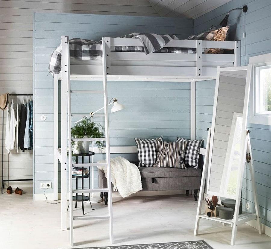 Деревянная кровать-чердак в комнате мальчика