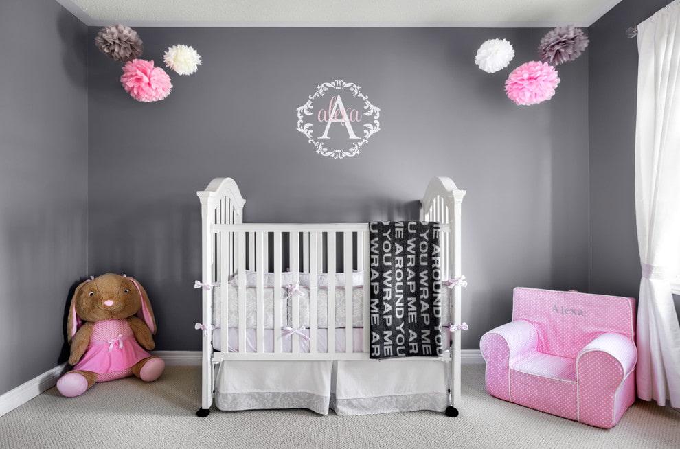 Детская кроватка в комнате с серыми стенами