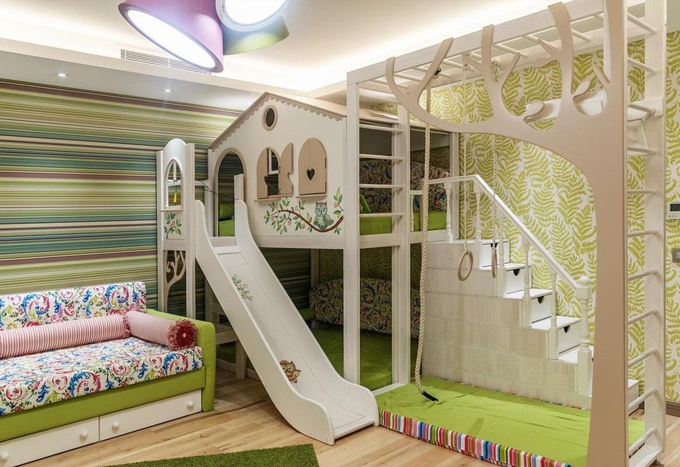 Кровать-чердак в игровой зоне детской комнаты