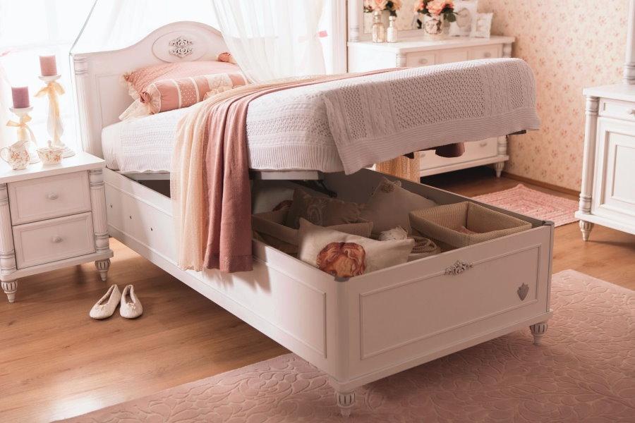 Вместительные ящики под односпальной кроватью девочки
