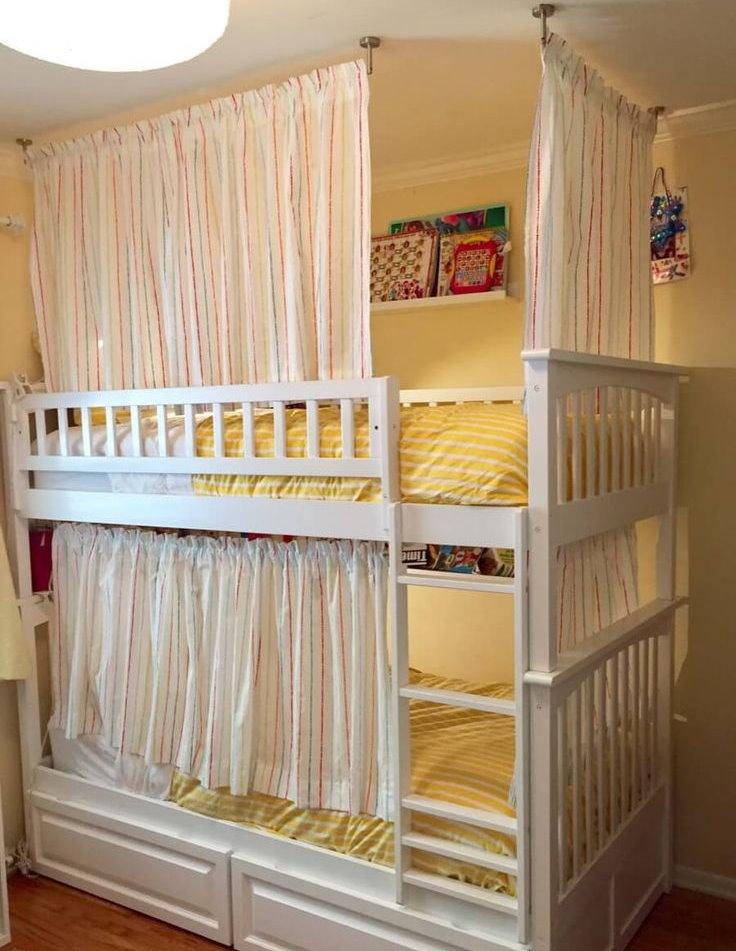 Белая кровать со шторками для двоих детей