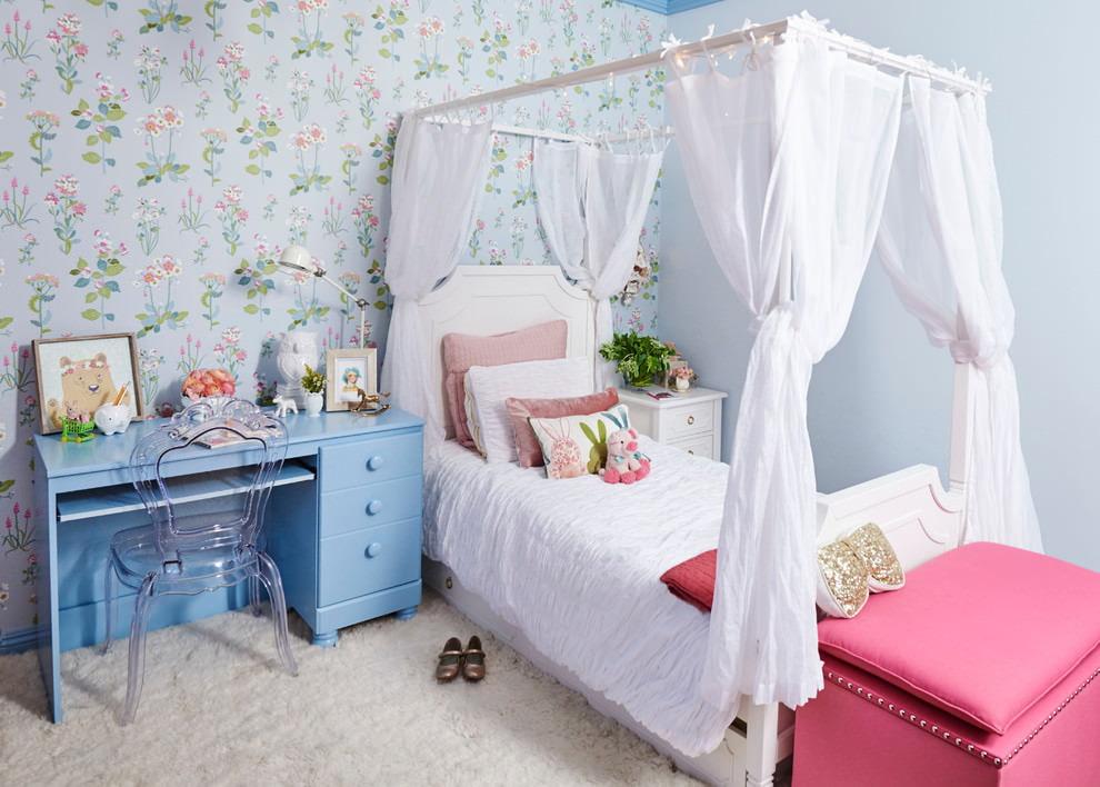 Белые балдахины над кроватью девочки-школьницы