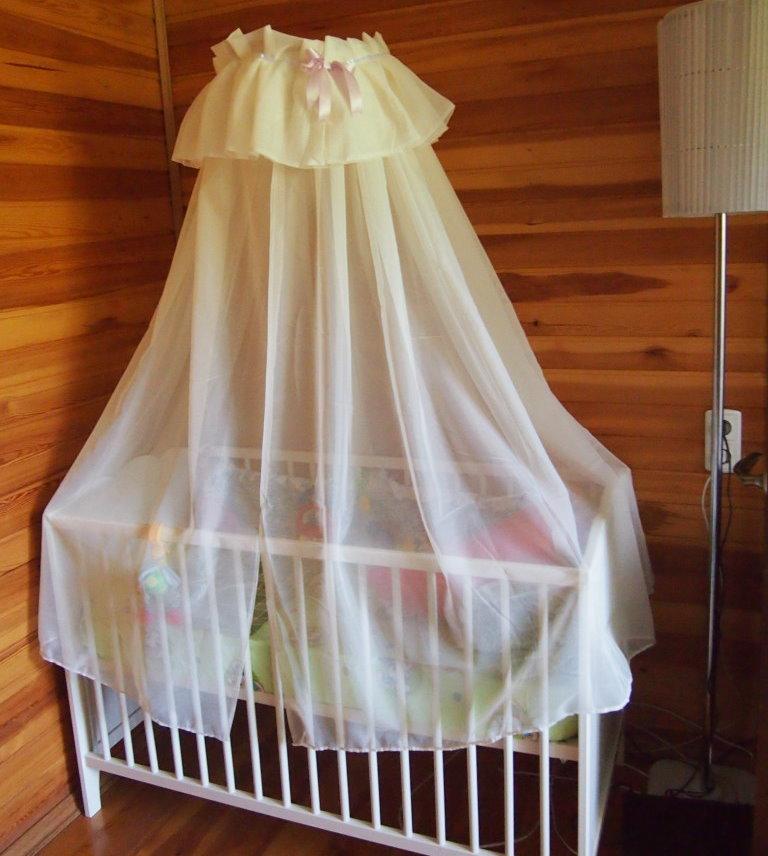Балдахин из синтетической ткани над кроваткой малыша
