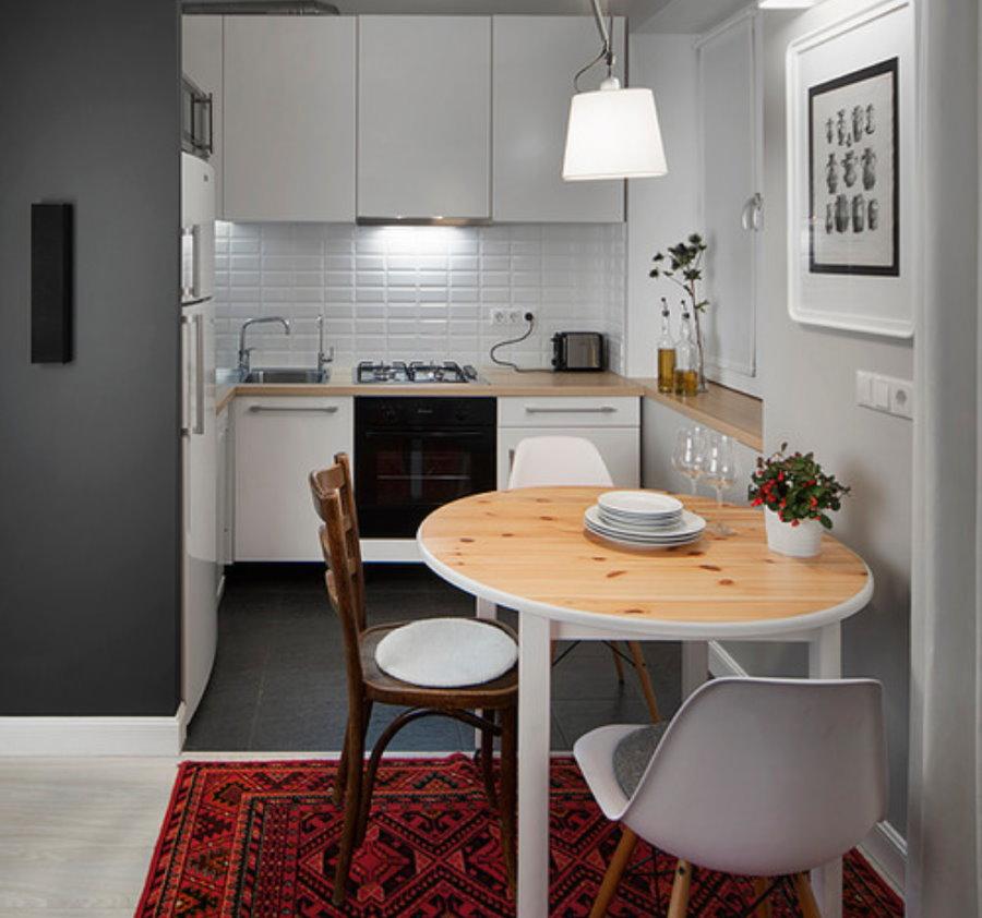 Обеденный стол в хрущевке после объединения комнаты с кухней