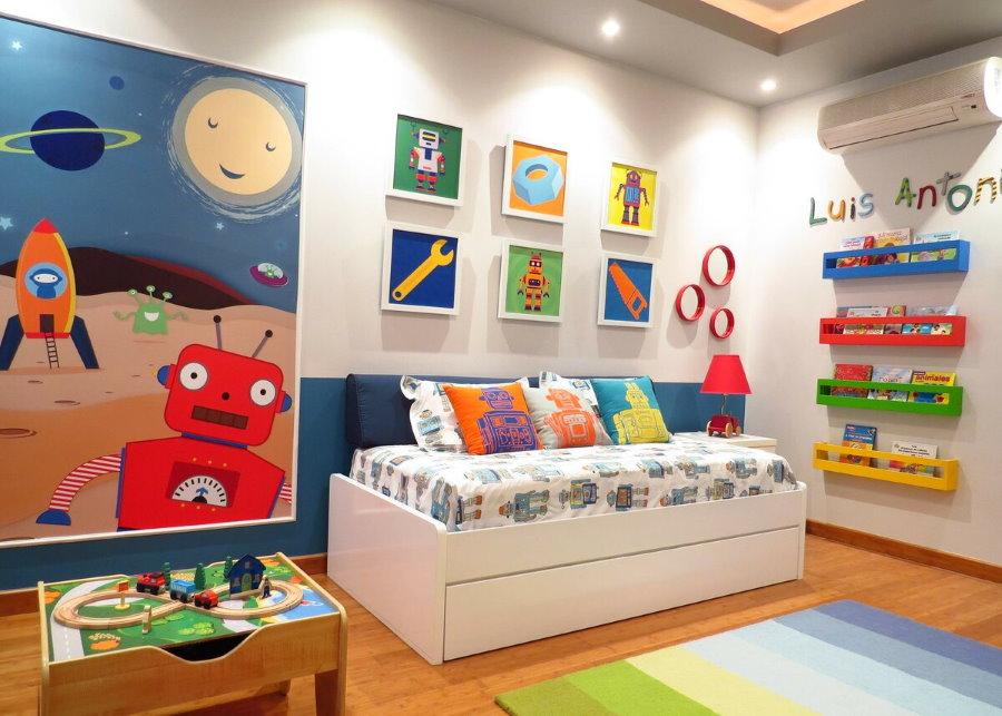Небольшие квадратные постеры в детской комнате