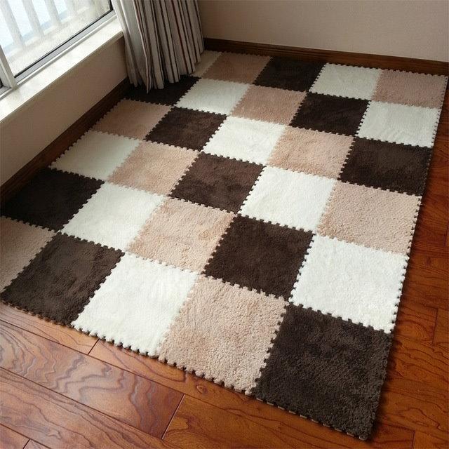 Мягкий наборный коврик на деревянном полу