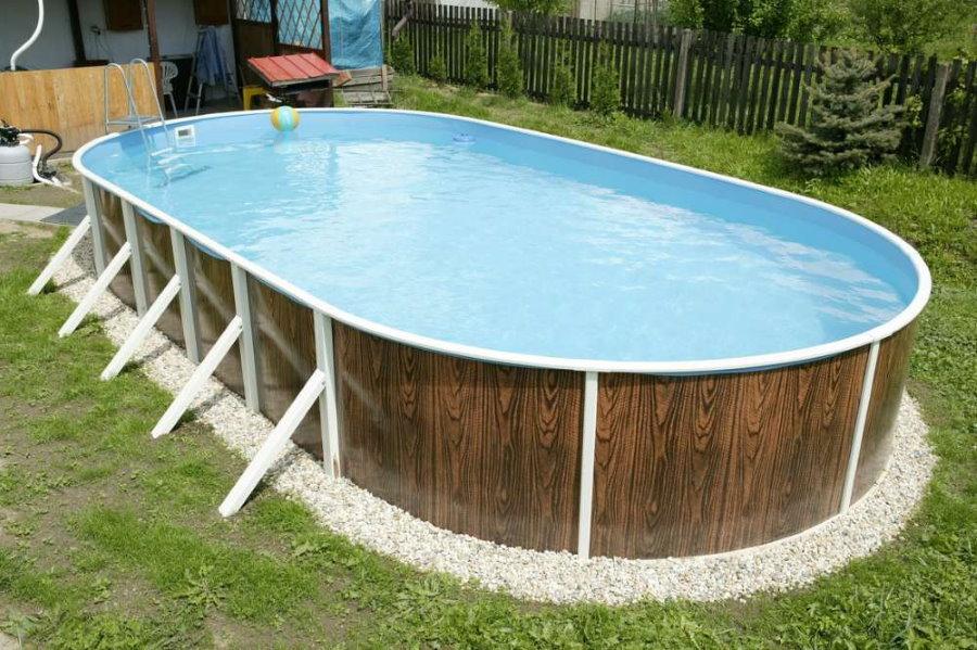 Овальный бассейн секционного типа на садовом участке